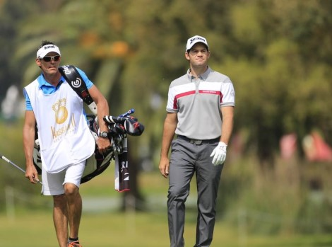 Ricardo Melo Gouveia segura cartão do European Tour