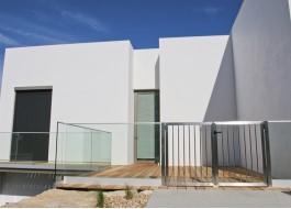 Casa branca com porta e janela de alumínio