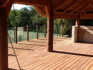 suelo de madera, techo de madera, puertas correderas de cristal