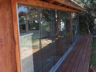 suelo de madera, techo de madera, puertas correderas de cristal, jardín de invierno
