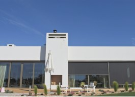 Casa branca com portas em alumínio e zip screen