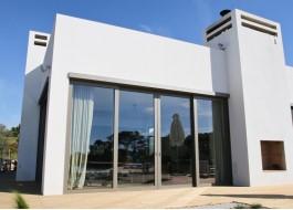 Casa branca com porta deslizante em alumínio